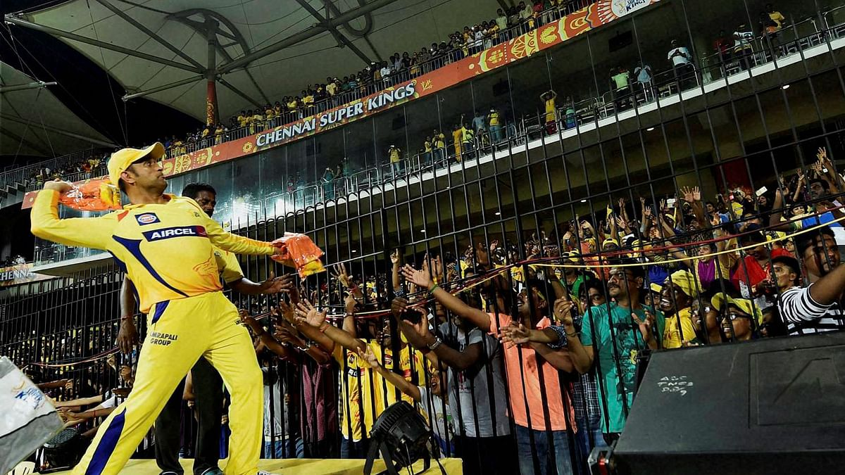 MS Dhoni giving a high five to the crowd. (Photo Courtesy: IPL)