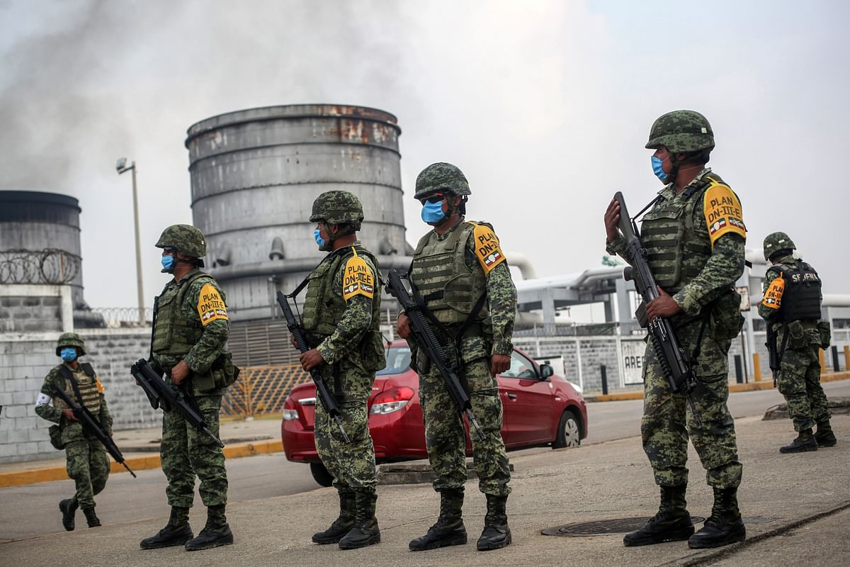 Mexican army soldiers wearing protective face masks stand guard at an entrance of the Pajaritos petrochemical complex in Coatzacoalcos, Mexico, Thursday, 21 April 2016. (Photo: AP)