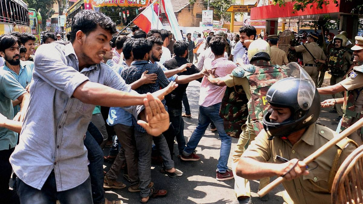 Students clash with policemen at a protest held in Hyderabad Central University on 22 March, 2016. (Photo: PTI)