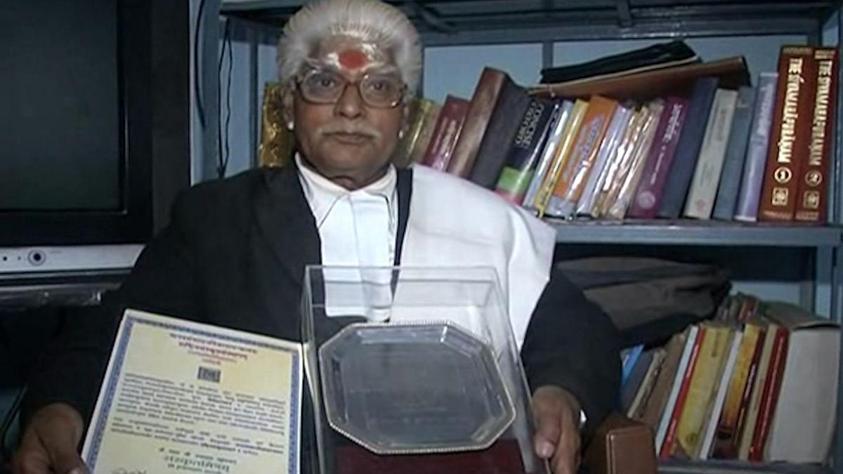 Acharya Shyamji Upadhay with his 'Sankrit Mitram' Award. (Photo: Roshan Kumar Jaiswal)