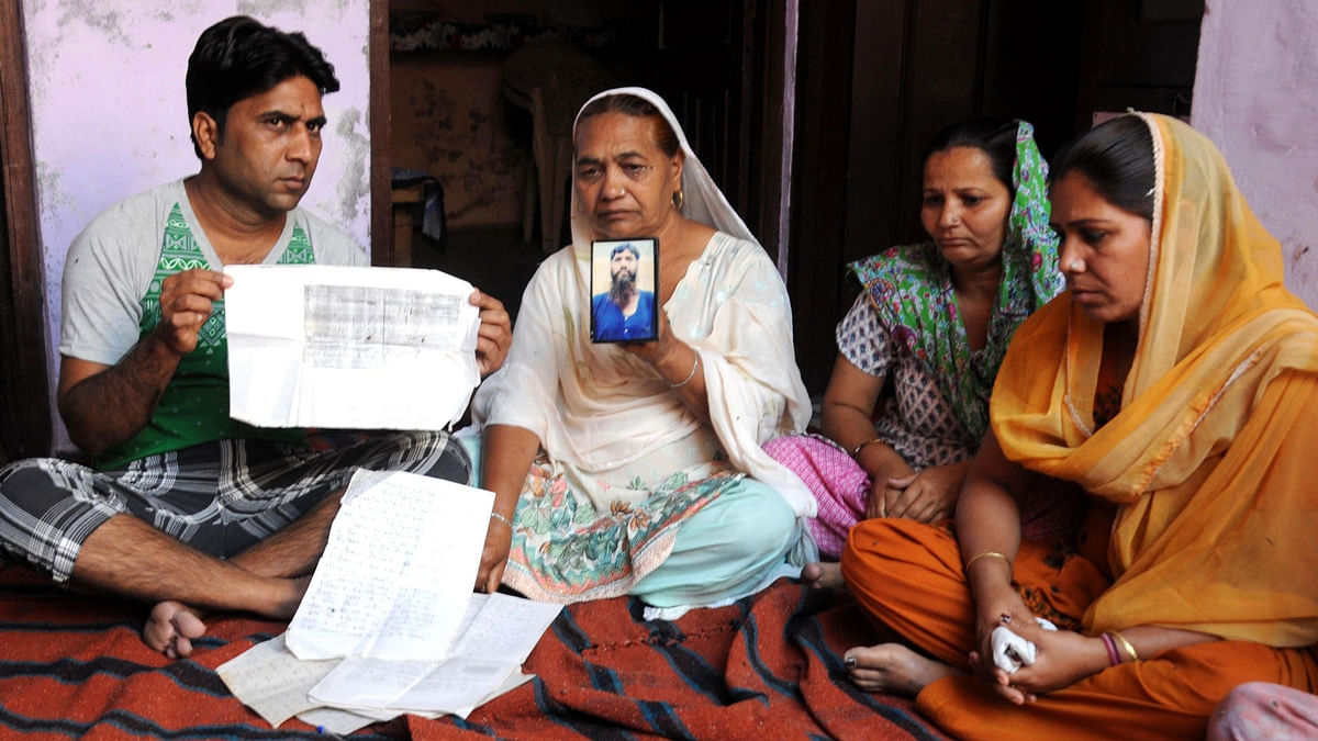 Jagir Kaur, sister of Kirpal Singh an Indian prisoner who died at the Kot Lakhpat Jail in Pakistan mourns his death in Amritsar on 12 April 2016.
