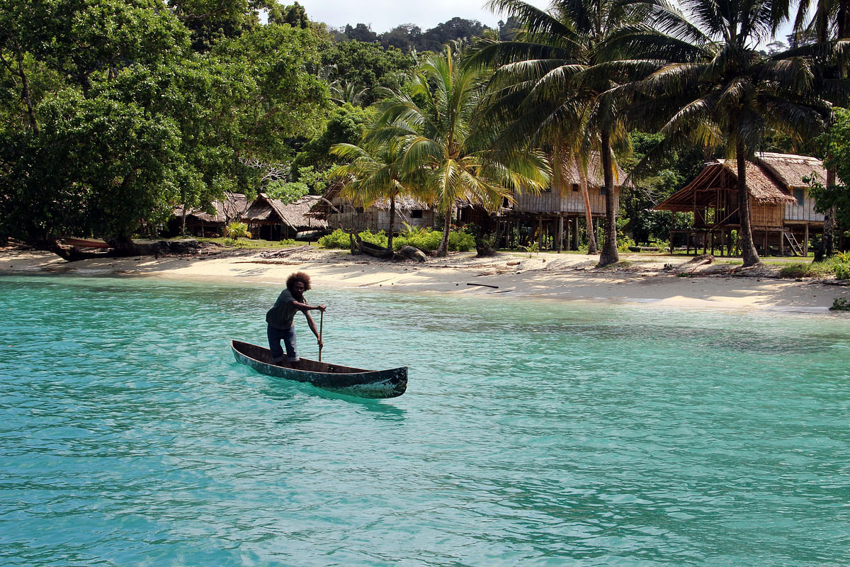 Halavo Villager in his canoe to assist taking a line ashore. (Photo Courtesy: Flickr/Jenny Scott)