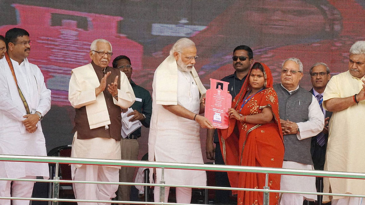 Prime Minister Narendra Modi presents cooking gas connection to a woman of a Below Poverty Line (BPL) family during the launch of the Pradhan Mantri Ujjwala Yojana in Ballia. (Photo: PTI)