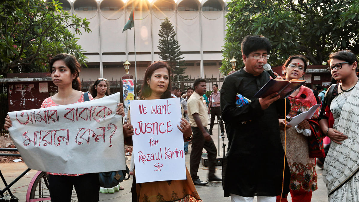 Bangladeshi teachers, students and social activists hold banners and sing songs during a protest against the killing of  Professor  Rezaul Karim Siddique in Dhaka, Bangladesh, 29 April  2016. (Photo: AP)
