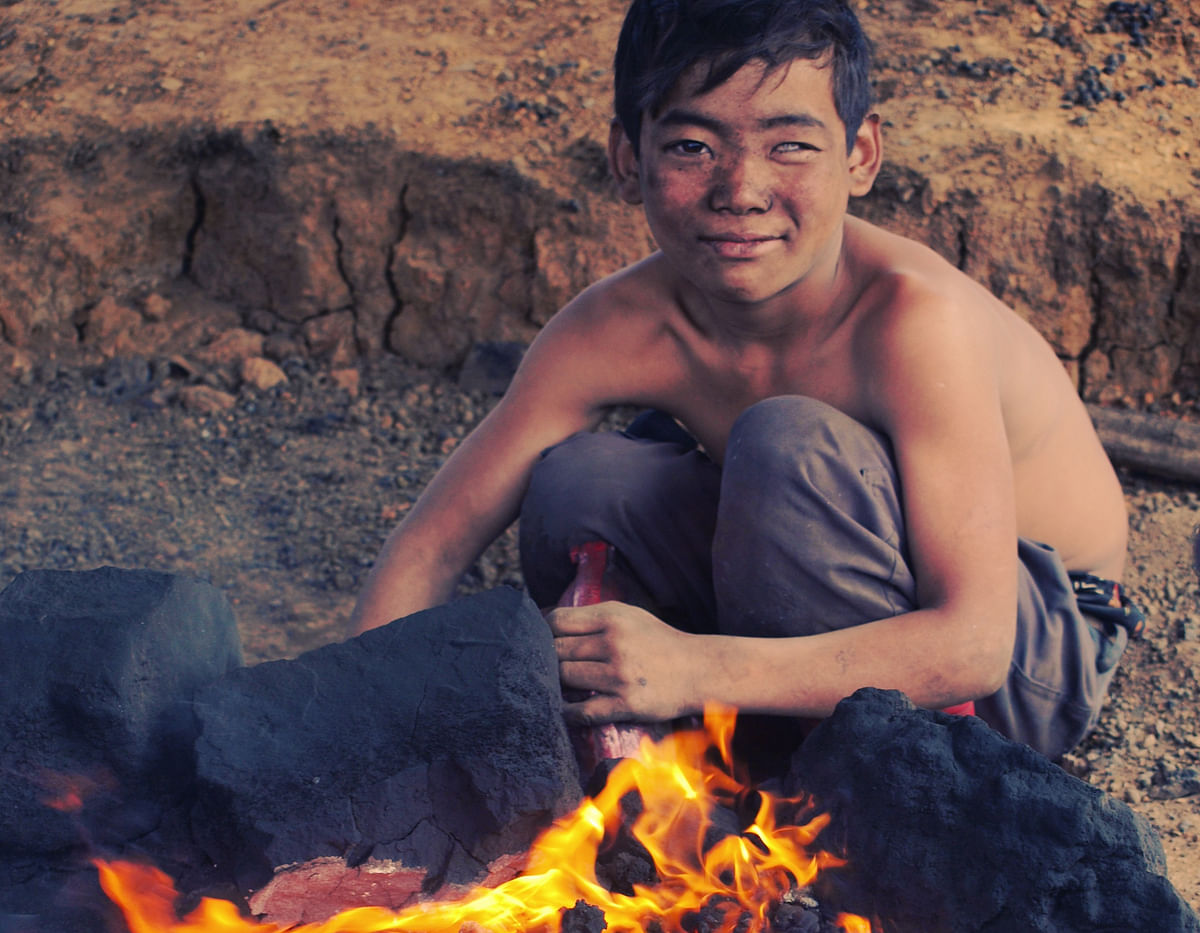 11-year-old Suraj, who is a child miner in Meghalaya's Jaintia hills in a still from <i>Fireflies in the Abyss </i>(Photo Courtesy: Provided to <i>The Quint</i> by Indira Kannan)