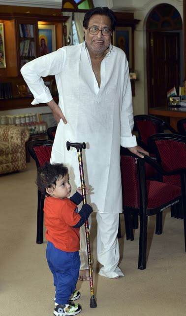 Kazuo fascinated with Pt. Hridaynath Mangeshkar's walking stick. (Photo Courtesy: Sahar Zaman)