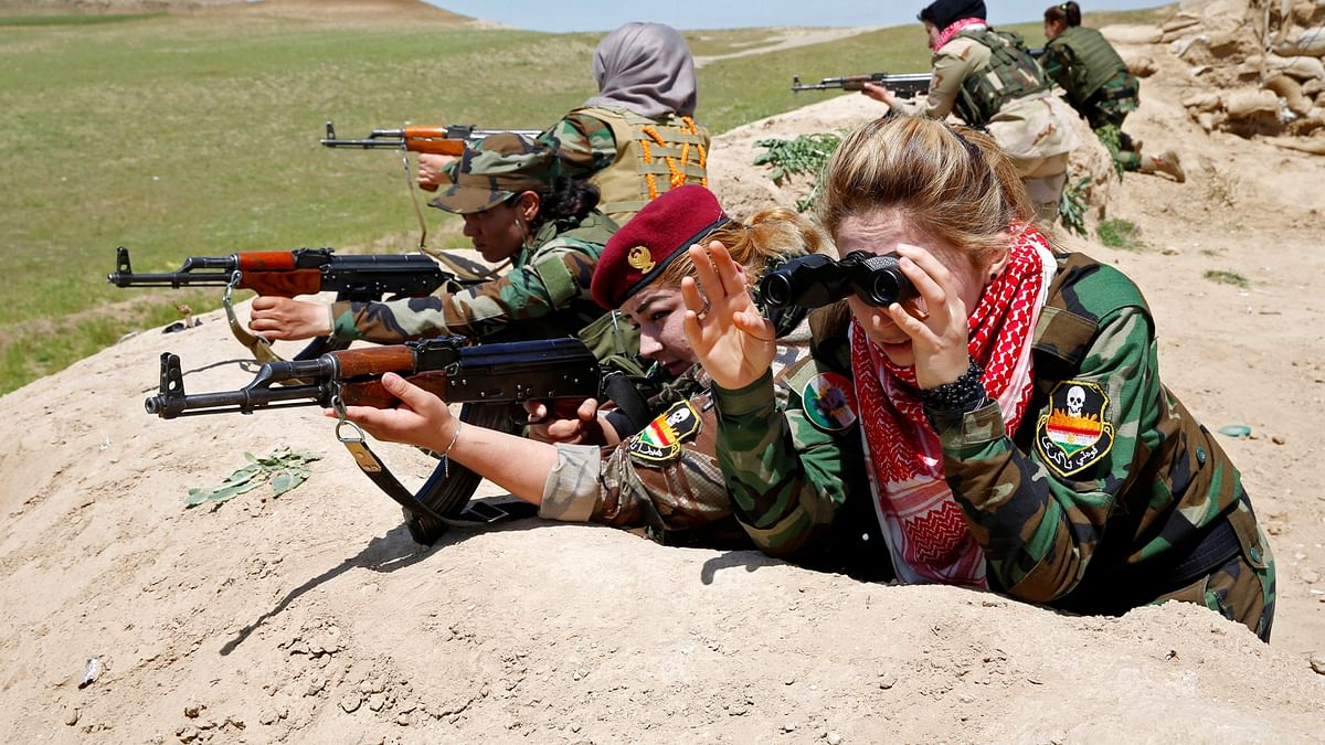 Iraqi Kurdish female fighter Haseba Nauzad aim their weapon during a deployment near the frontline of the fight against Islamic State militants in Nawaran near Mosul, Iraq. (Photo: Reuters)