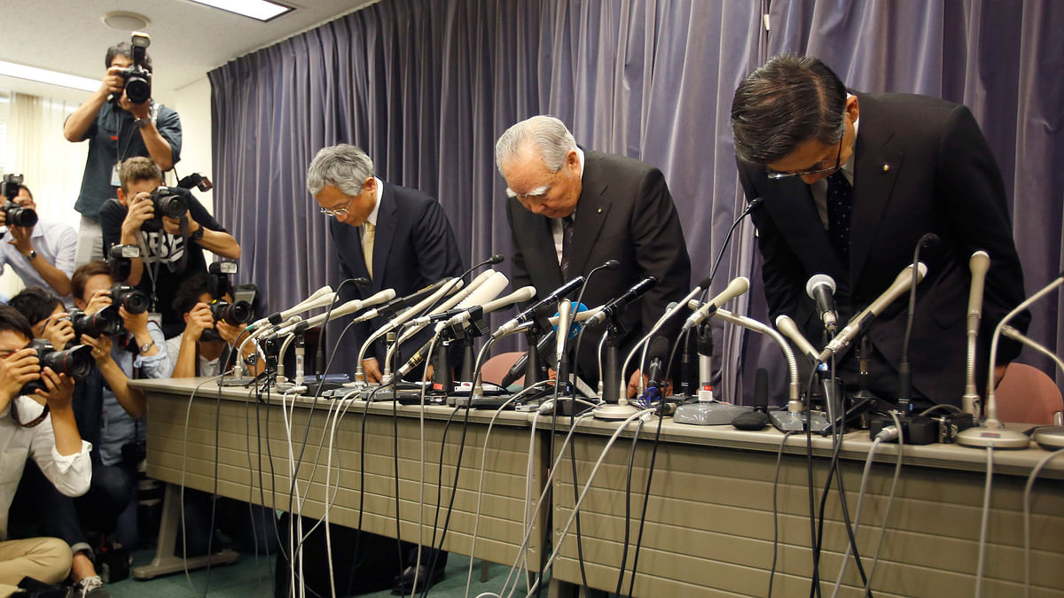 Suzuki Motor Corp. Chairman and Chief Executive Osamu Suzuki, center, bows with president Toshihiro Suzuki, right, and vice president Osamu Honda during a press conference in Tokyo, Wednesday, 18 May  2016. (Photo: AP)