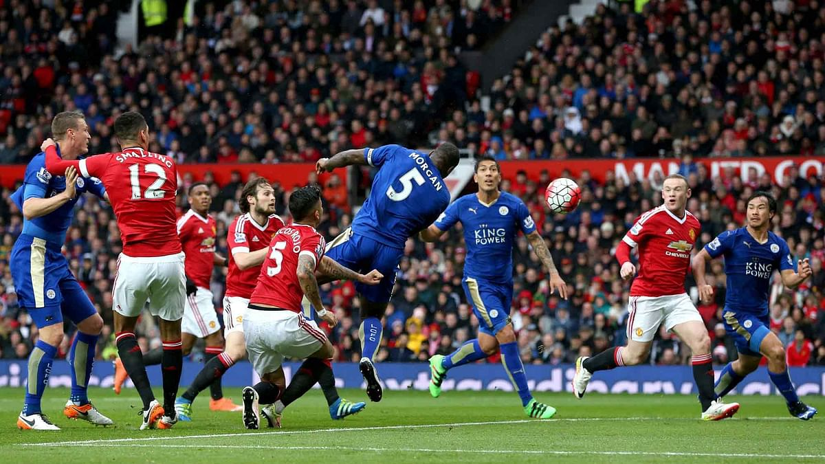 Leicester City's Wes Morgan, centre, scores his side's first goal of the game. (Photo: AP)<a></a>