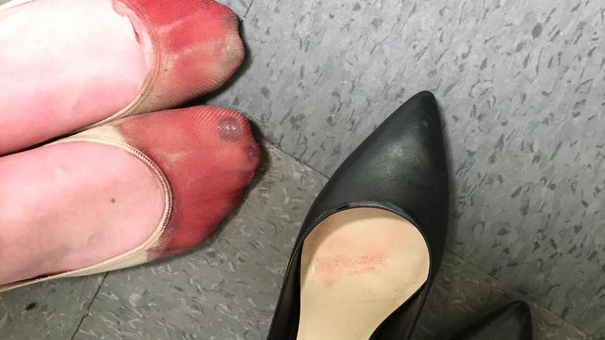 """The post covers how the waitress was forced to wear high heels despite her bleeding feet and broken nail. (Photo Courtesy:<a href=""""https://www.facebook.com/photo.php?fbid=10156847226410162&amp;set=a.10150598246885162.684577.524255161&amp;type=3&amp;theater""""> Facebook/Nicola Gavins</a>)"""
