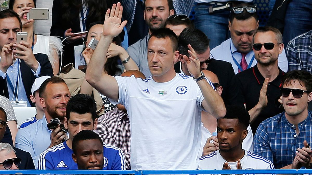 Chelsea's John Terry waves as supporters call his name during the Chelsea-Leicester City match. (Photo: AP)