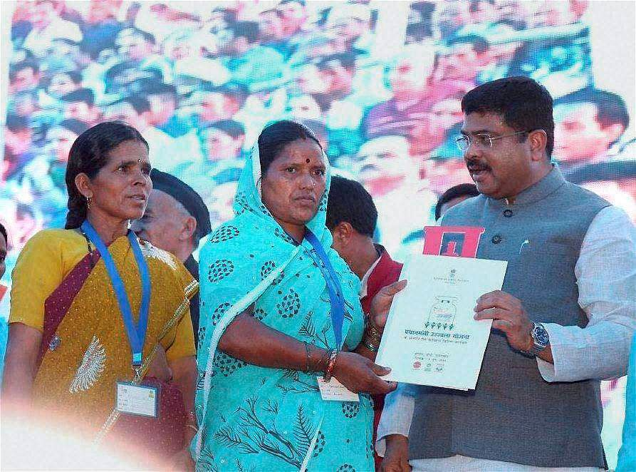 Union Minister of State for Pertroleum and Natural Gas Dharmendra Pradhan distributing LPG connections among women of BPL families under Pradhan Mantri Ujjwala Yojana in Shrinagar in Uttarakhand's Pauri district on Thursday. (Photo: PTI)
