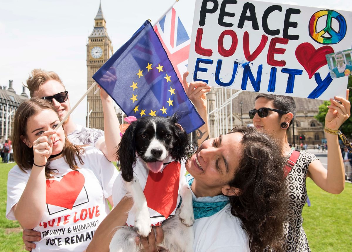 People gather to spread peace, love and unity ahead of the brexit vote. (Photo: AP)