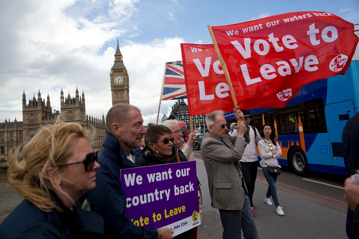 Leave supporters hold banners and flags as they stand on Westminster Bridge during an EU referendum campaign (Photo: AP)