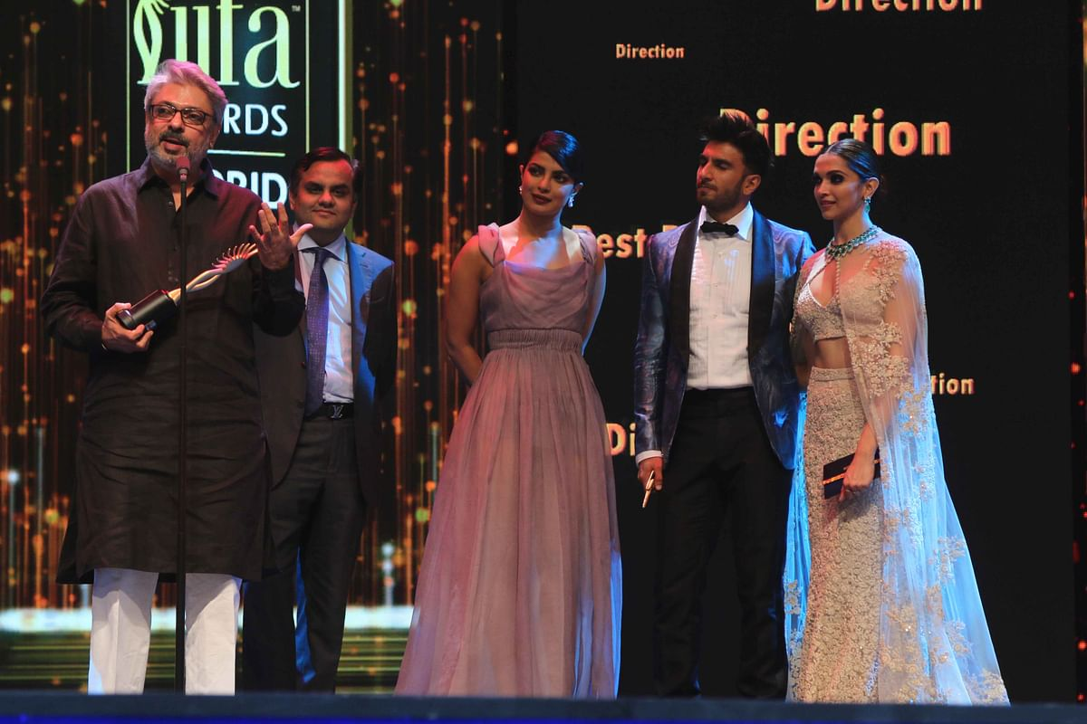 Sanjay Leela Bhasali, Priyanka Chopra, Ranveer Singh and Deepika Padukone beam as  <i>Bajirao Mastani</i> sweeps the 'Best Director' award at IIFA. (Photo: Yogen Shah)