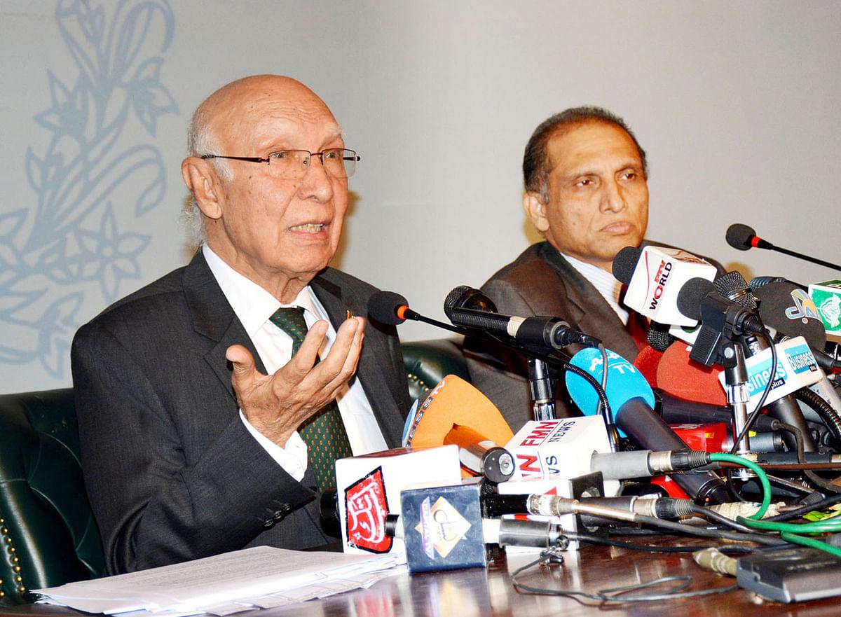 Pakistan Prime Minister Adviser on National Security and Foreign Affairs Sartaj Aziz (L)