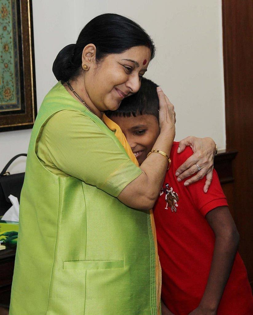 "Sonu (6) with  External Affairs Minister Sushma Swaraj (left) in Delhi on Thursday, 30 June 2016. (Photo Courtesy: <a href=""https://twitter.com/MEAIndia/status/748446952665276416"">Twitter.com/@MEAIndia</a>)"