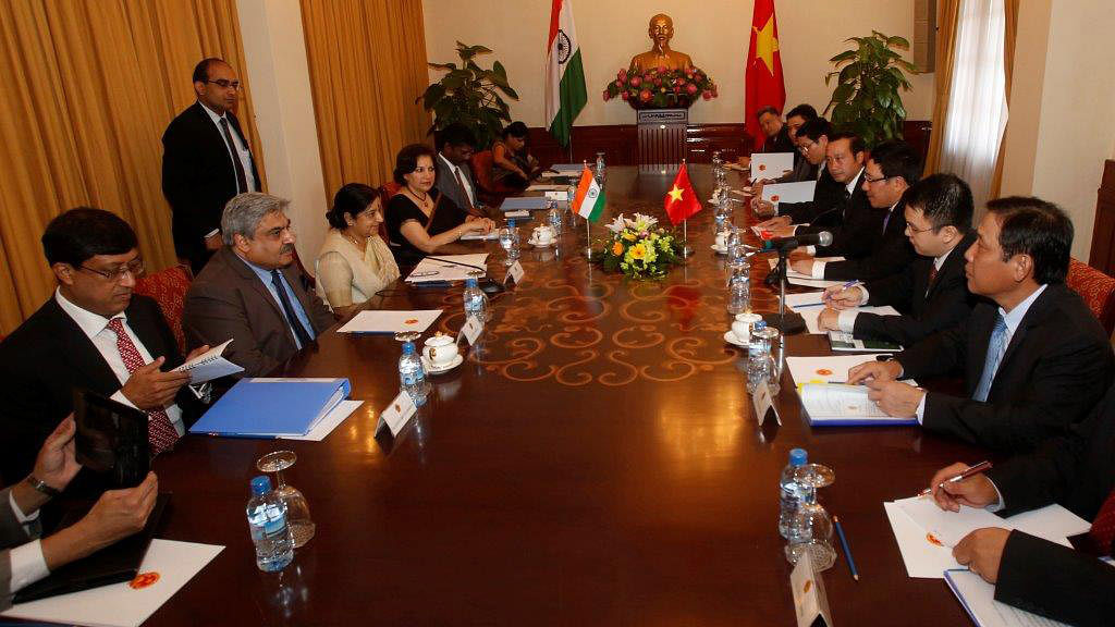 External Affairs Minister Sushma Swaraj (third from Left) and Vietnam's Deputy Prime Minister and Foreign Minister Pham Binh Minh (third from Right) attend a meeting in Hanoi August 25, 2014. (Photo: Reuters)