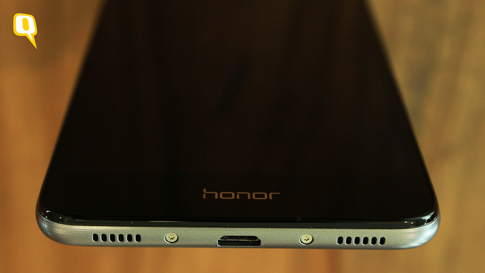 Huawei Honor 5C has a mono speaker under the speaker grill below. (Photo: <b>The Quint</b>)