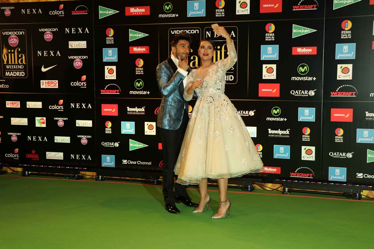 Ranveer Singh and Sonakshi Sinha snapchatting away to glory on the IIFA green carpet. (Photo: Yogen Shah)