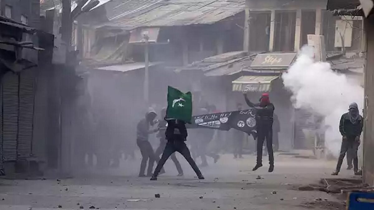 Kashmiri protesters fired by police  in Srinagar, 20 November  2015. (Photo: Reuters)