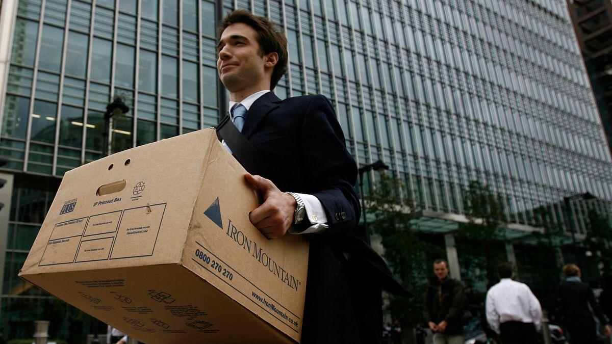 A worker carries a box out of the U.S. investment bank Lehman Brothers offices in 2008. (Photo: Reuters)