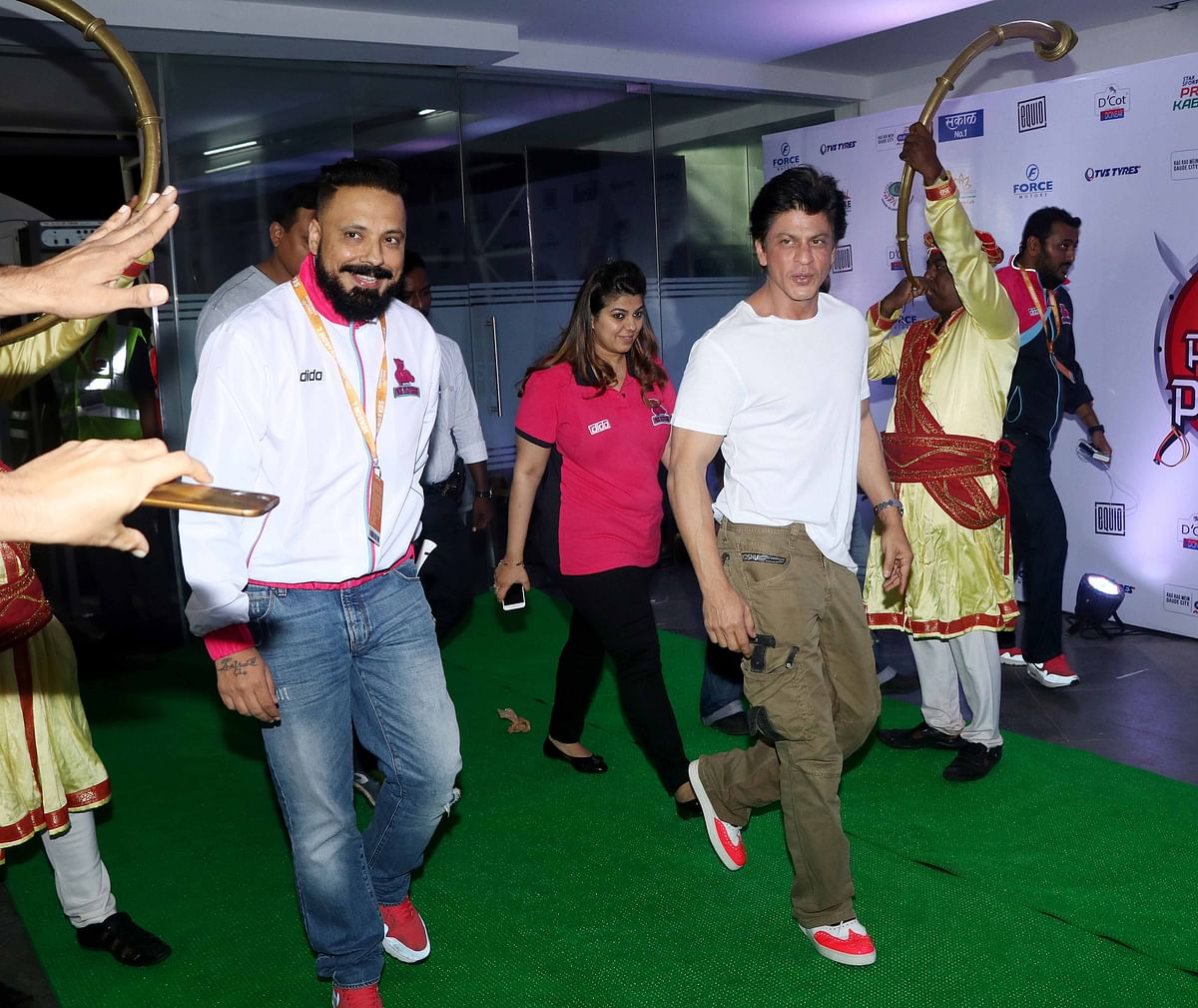 Shah Rukh Khan makes a grand entry at the Pro Kabaddi League Season 4 launch. (Photo: Yogen Shah)