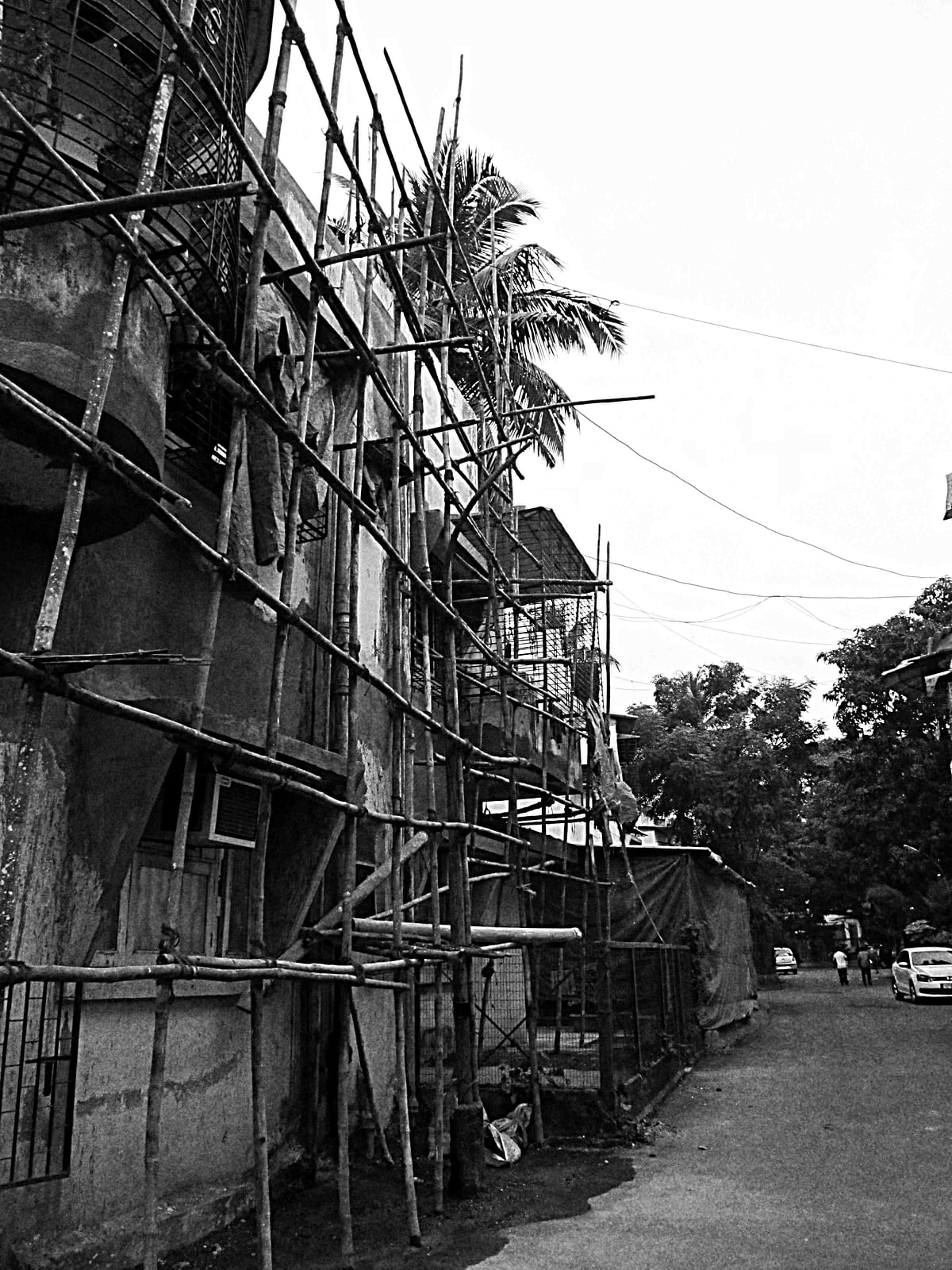 An under renovation building trying to compete with the luxuries provided by the multi-storied building it stands next to. (Photo: <b>The Quint</b>/Maanvi)