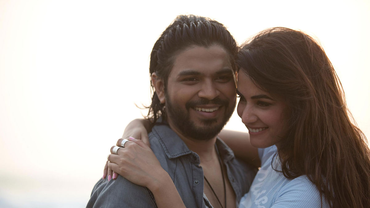 Ankit Tiwari and Sonal Chauhan in the music video <i>Badtameez </i>