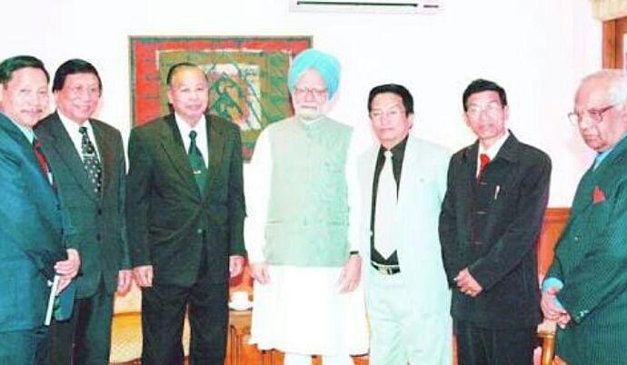 Isak Chisi Swu with former Prime Minister Manmohan Singh. (Photo: Maina Dutta)