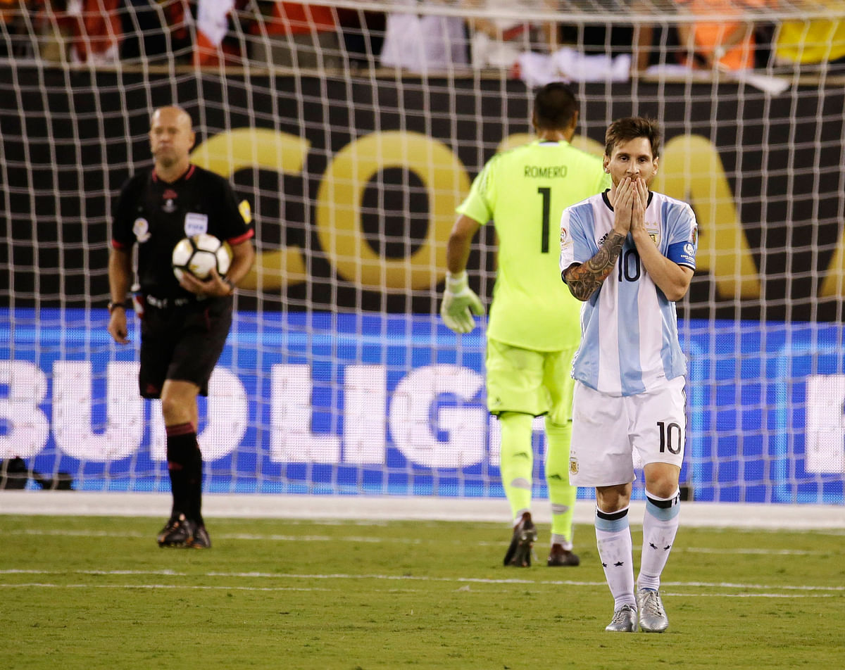 Lionel Messi walks back after missing his penalty in the Copa America final vs Chile. (Photo: AP)