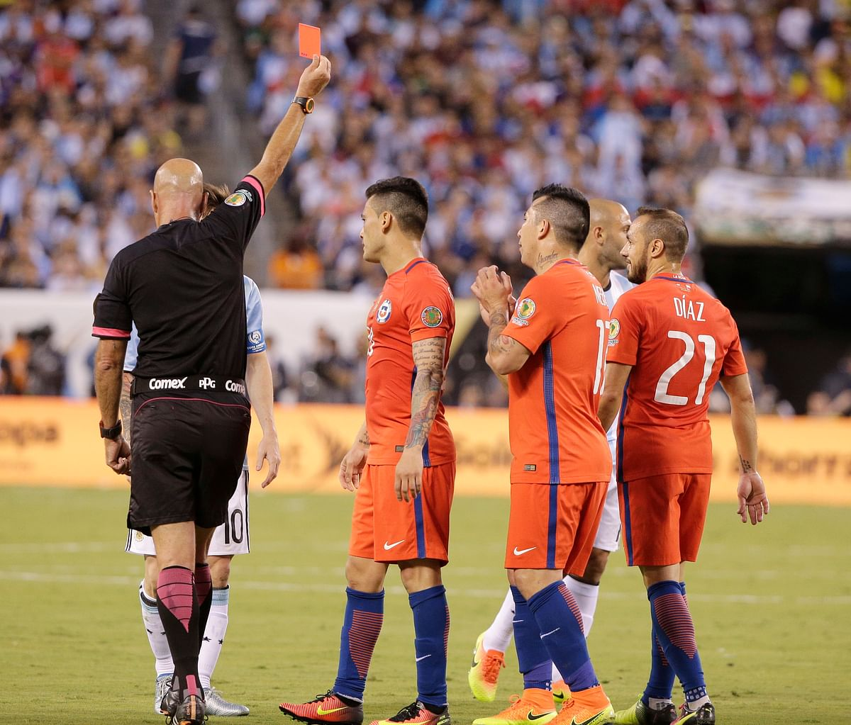 Referee Heber Lopes sends Chile's Marcelo Diaz (21) off after his foul on Argentina's Lionel Messi. (Photo: AP)