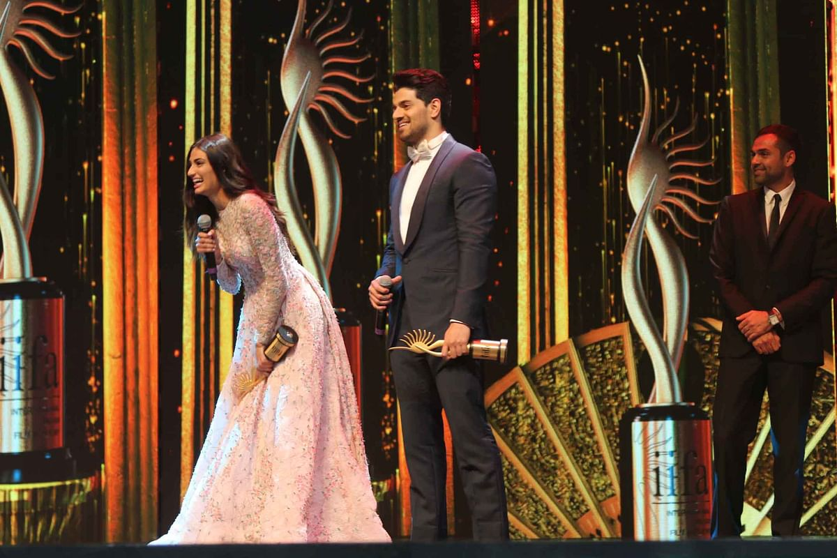 Athiya Shetty and Sooraj Pancholi are all smiles as they walk away with IIFA trophies for the 'Best Jodi'. (Photo: Yogen Shah)