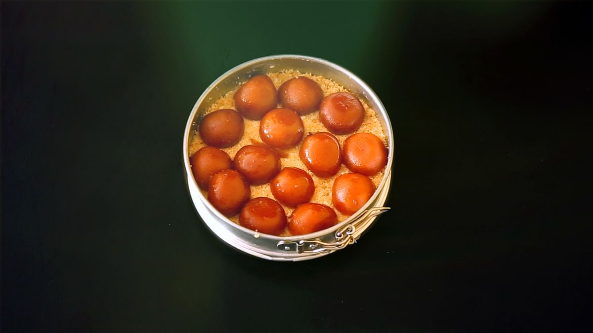 Spread the gulab jamuns over the biscuit base (Photo: The Quint)
