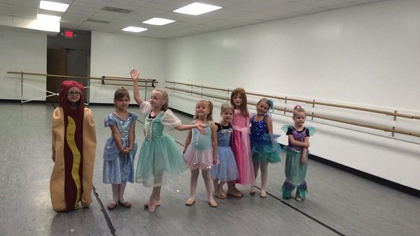 """Ainsley won several hearts by being a hot dog among  princesses. (Photo: Twitter/<a href=""""https://twitter.com/turnerbrandon"""">@turnerbrandon</a>)"""