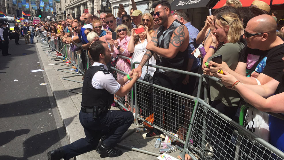 "A police officer proposing to his boyfriend. (Photo: Twitter @<a href=""https://twitter.com/MetLGBTNetwork"">MetLGBTNetwork</a>)"