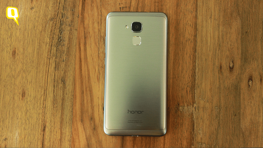 Huawei Honor 5C has a brushed metal back which looks quite premium. (Photo: <b>The Quint</b>)
