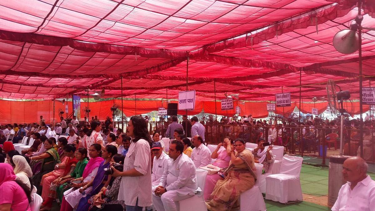 The members of the civic body bear the heat at Ramlila Maidan. (Photo: Twesh Mishra)