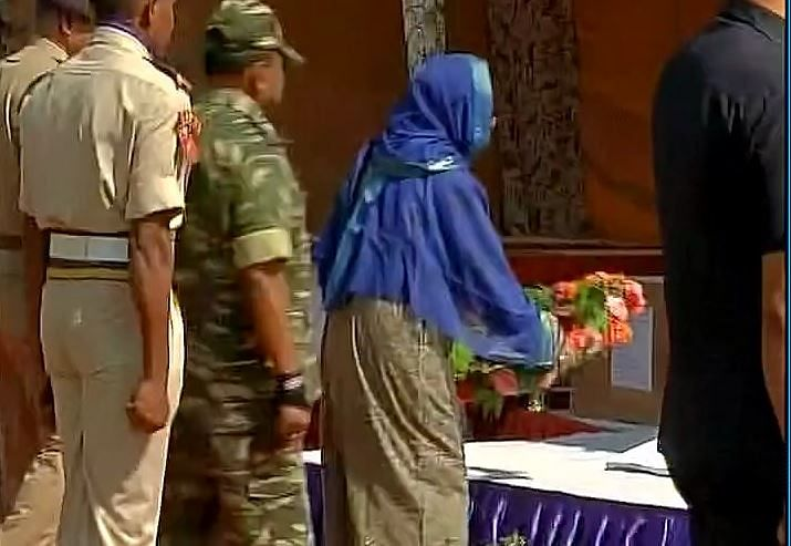 "Mehbooba Mufti paying homage to the martyrs. (Photo Courtesy: <a href=""https://twitter.com/ANI_news/status/746926951449780225"">Twitter/ ANI_news</a>)"