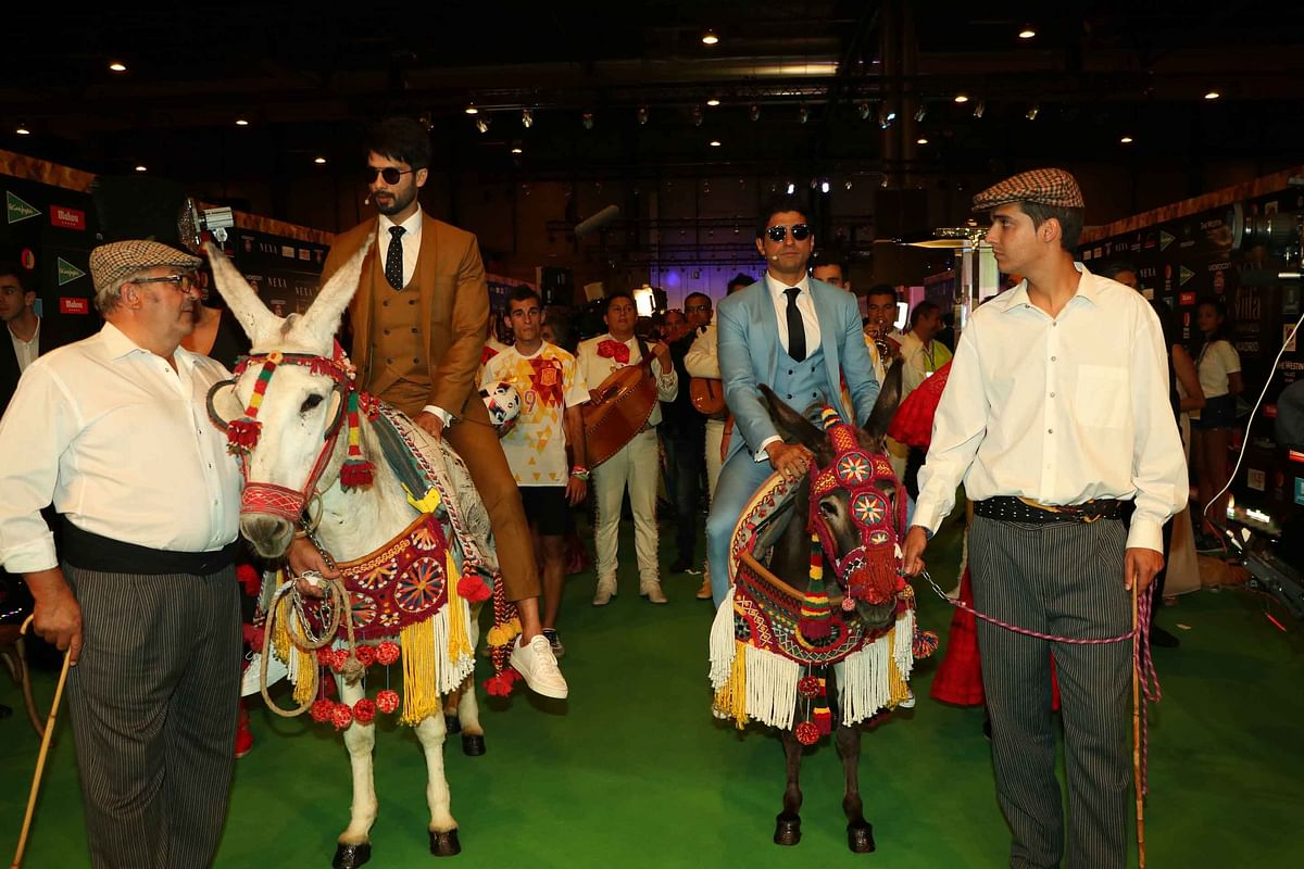 Shahid Kapoor and Farhan Akhtar make a grand entry on the green carpet, riding on two donkeys. (Photo: Yogen Shah)