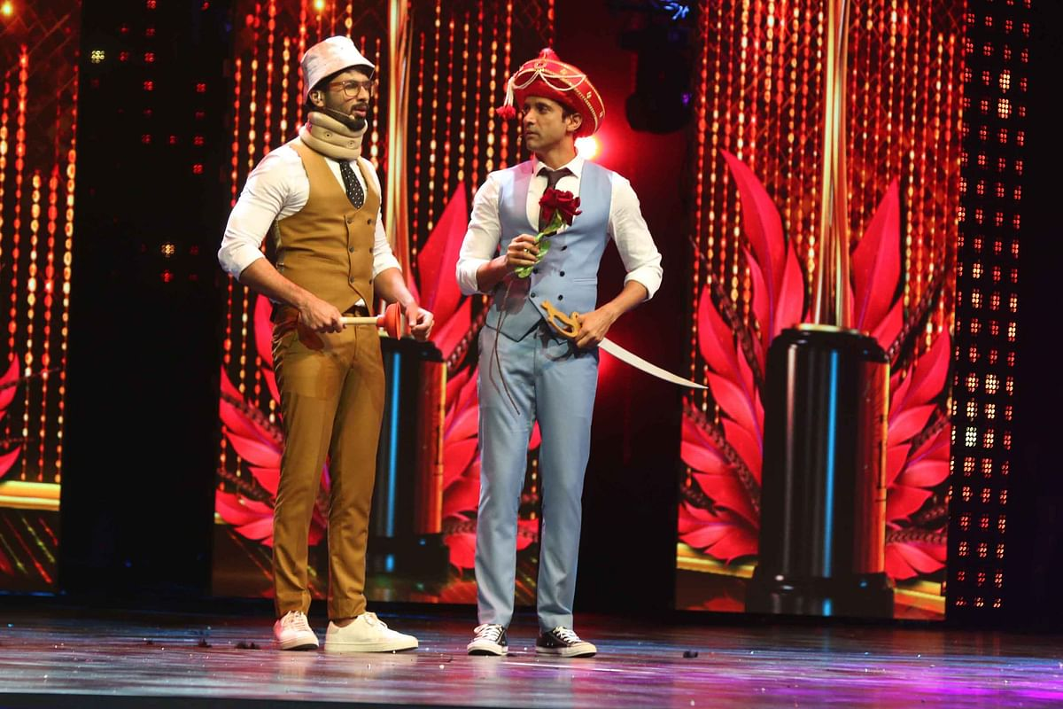 Hosts Shahid Kapoor and Farhan Akhtar carry on with their funny stage act. (Photo: Yogen Shah)