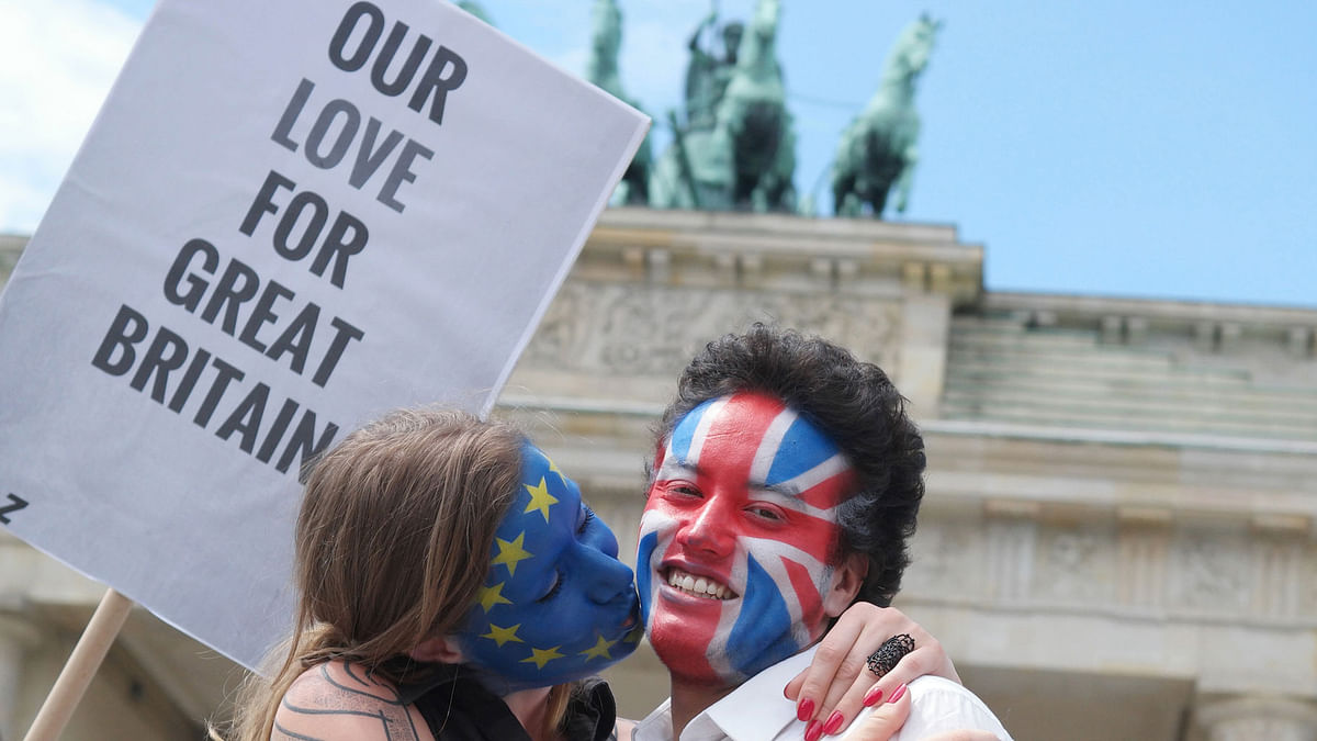People gather in London to express love between Britain and Europe. (Photo: AP)
