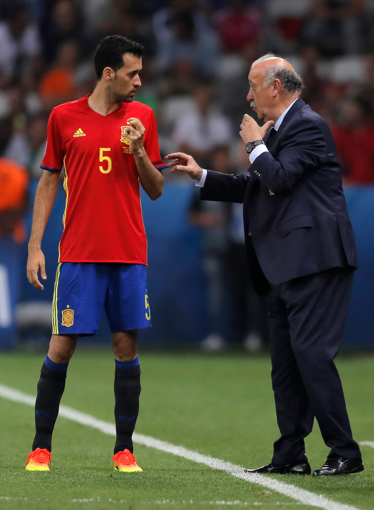 Spain coach Vicente del Bosque talks to Spain's Sergio Busquets during the Euro 2016. (Photo: AP)