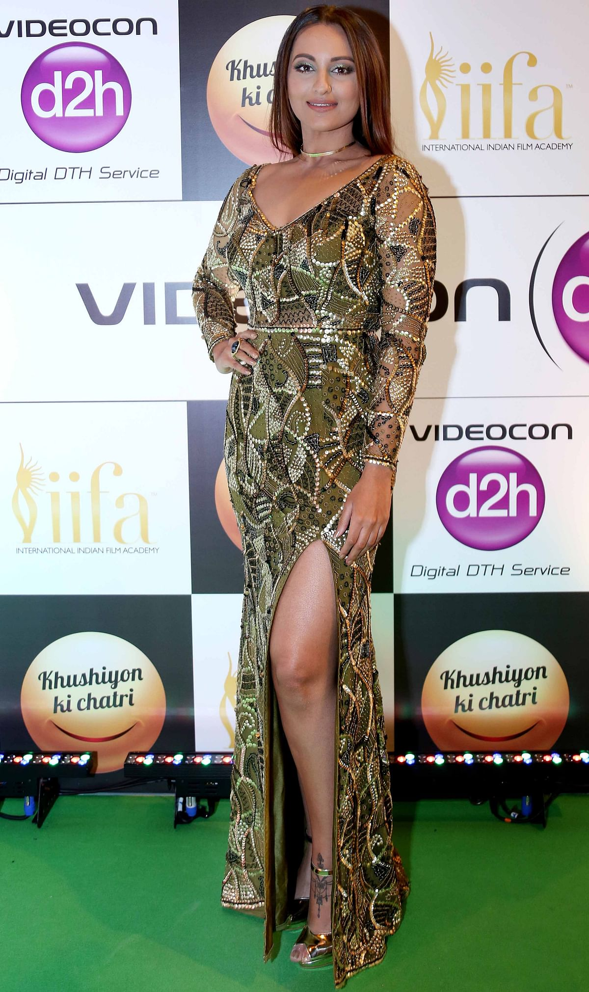 Sonakshi Sinha looks stunning in a bold green and gold ensemble designed by Zara Umrigar (Photo: Yogen Shah)