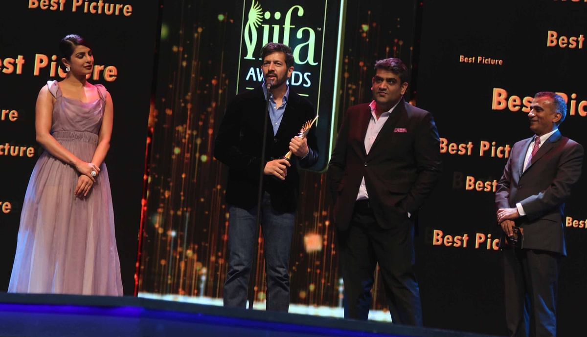 Kabir Khan stands tall with Amar Bhutala as he grabs the 'Best Picture' award for <i>Bajrangi Bhaijaan</i>. (Photo: Yogen Shah)