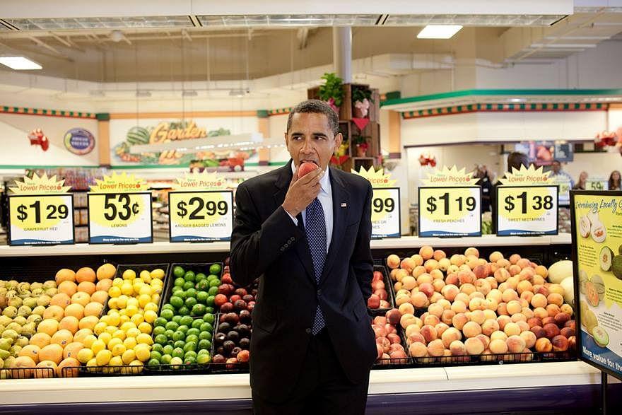 "Barack Obama eats a nectarine following a town hall meeting at Kroger's Supermarket in Bristol, Virginia. (Photo: Pete Souza/<a href=""https://www.facebook.com/denizenmagazine/posts/1223970610947090"">Facebook</a>)"