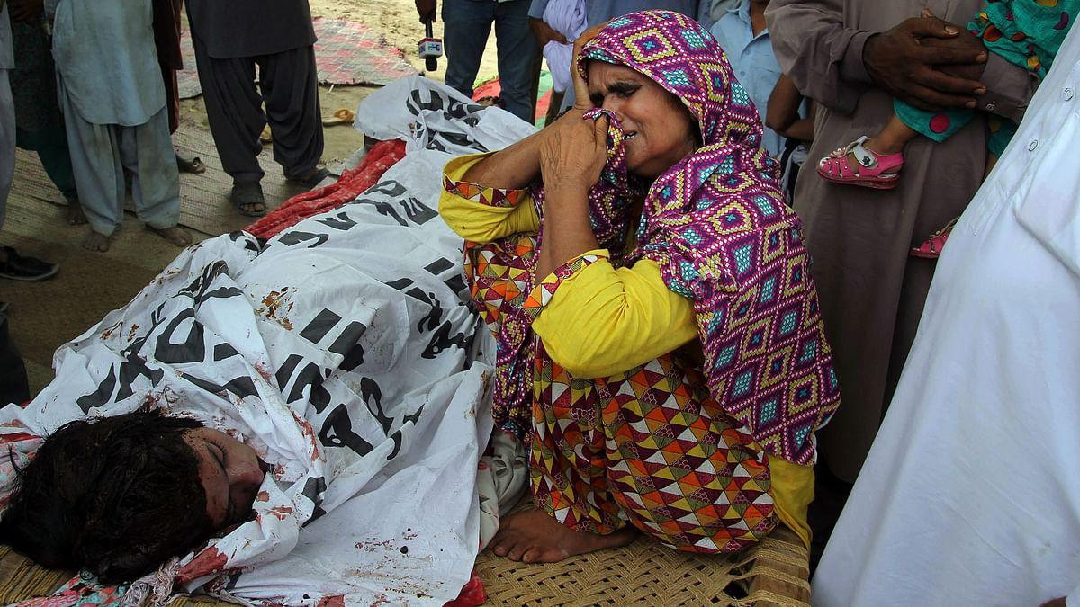 Anwar Bibi, the mother of the slain model Qandeel Baloch mourns beside her body. (Photo: AP)