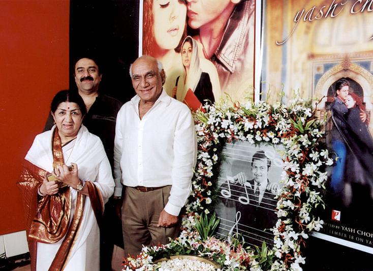 "<div class=""paragraphs""><p>Sanjeev Kohli with Lata Mangeshkar and Yash Chopra as they pay a tribute to Madan Mohan </p></div>"