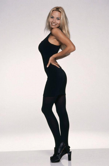 """Pamela Anderson looks perfect in all black. (Photo Courtesy: <a href=""""https://twitter.com/SnrHunter/status/647047491620368384"""">Twitter/@SnrHunter</a>"""