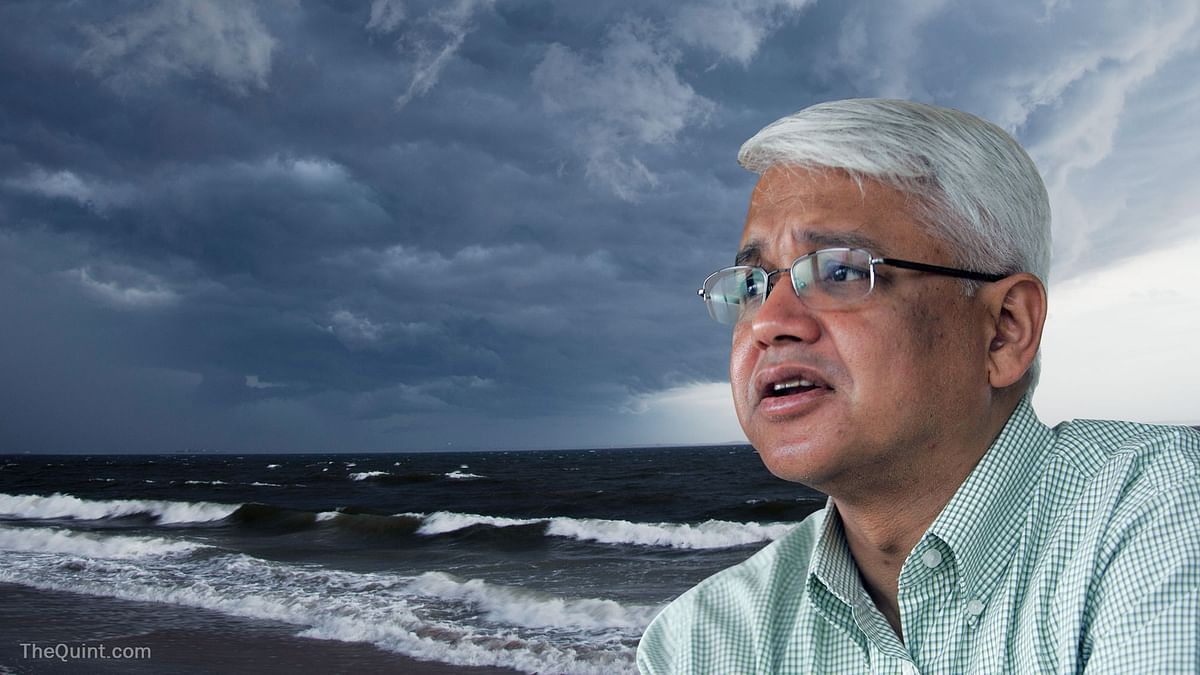 In 'The Great Derangement: Climate Change and The Unthinkable,' Amitav Ghosh writes about the threats posed by global warming. (Image altered by <b>The Quint</b>)